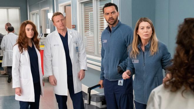 Meredith, Jackson, Owen e Megan Hunt in una scena di Grey's Anatomy