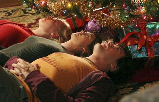 Izzie, Meredith e George sotto l'albero di Natale di casa Grey