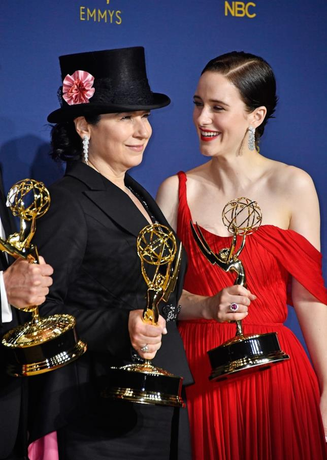 Amy Sherman-Palladino e Rachel Brosnahan con i loro Emmy