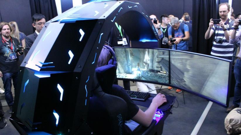 Utente intento a giocare su Predator Thronos di Acer