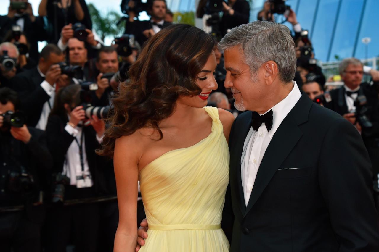 Amal Alamuddin e George Clooney abbracciati