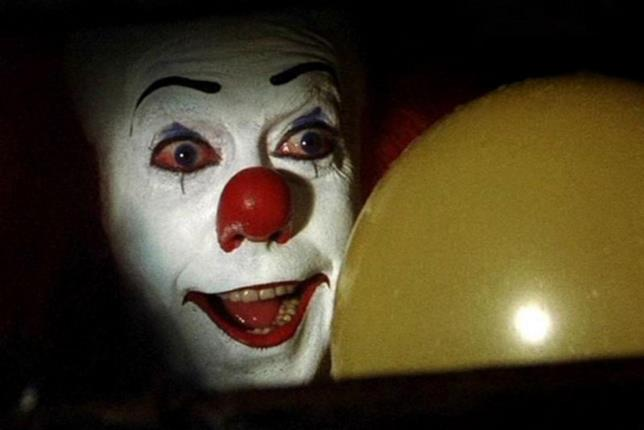 Tim Curry nel ruolo di Pennywise