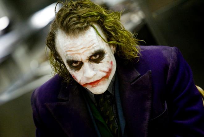 Primo piano di Heath Ledger col volto truccato da Joker