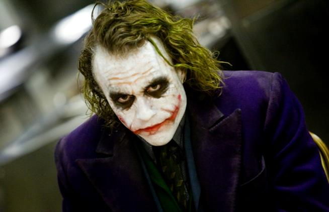 Primo piano di Heath Ledger col volto truccato da Joker