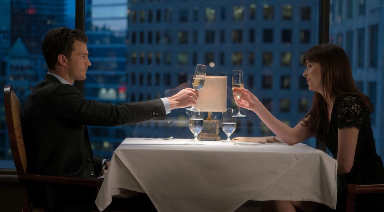 I protagonisti di Cinquanta Sfumature di Nero durante una cena romantica