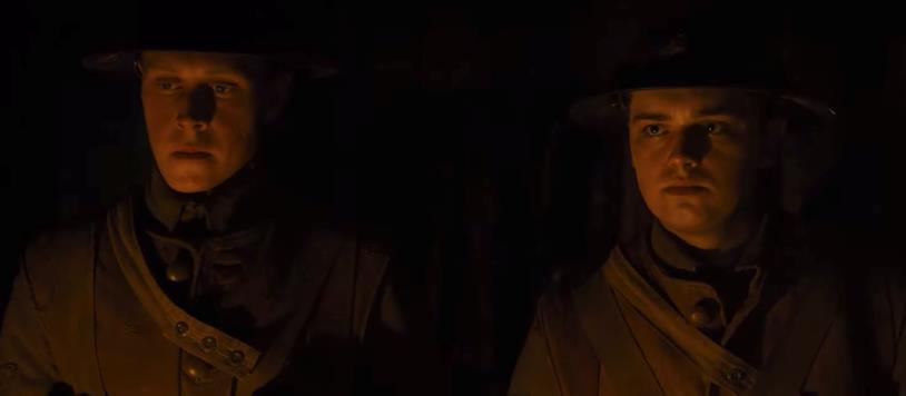 Gli attori George MacKay e Dean-Charles Chapman vestiti da soldati britannici, nel trailer del film 1917