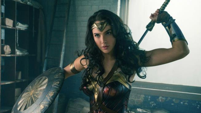Wonder Woman in un combattimento sfodera la spada