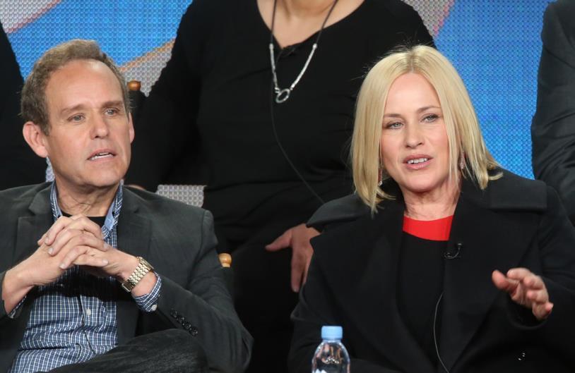 Peter MacNicol con Patricia Arquette