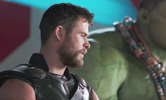 Chris Hemsworth è Thor in una scena di Thor: Ragnarok con Mark Ruffalo (Hulk)