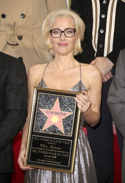 Gillian Anderson mostra la stella ai fotografi