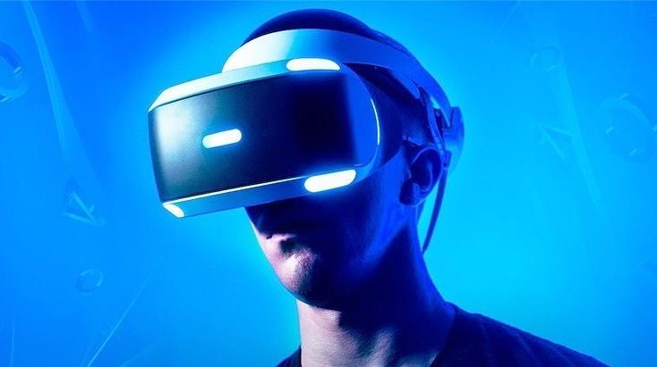 Un utente indossa PlayStation VR