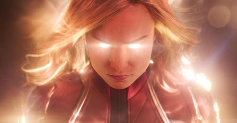 Captain Marvel irradia luce dagli occhi