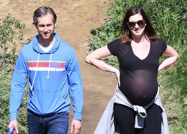 Anne Hathaway insieme al marito Adam Shulman