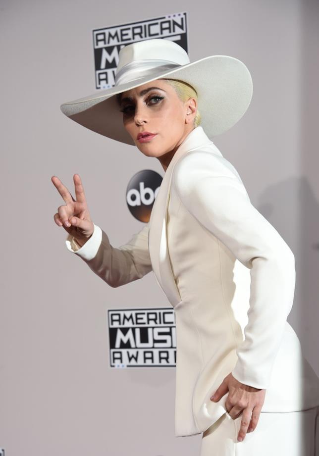 Lady Gaga in total white agli American Music Awards 2016