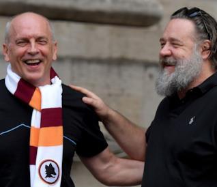 Russell Crowe torna in Italia per il Gladiatore (e intanto strilla Forza Roma!)
