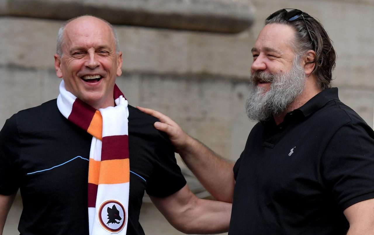 Russell Crowe, un tifoso romano e la sciarpa Giallorossa