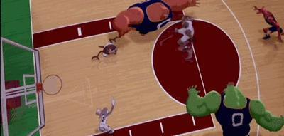 Michael Jordan fa canestro nonostante sia braccato dai Monstars