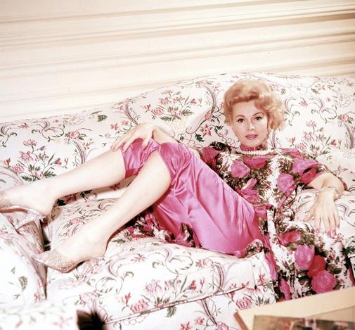 Tza Tza Gabor in rosa sul divano