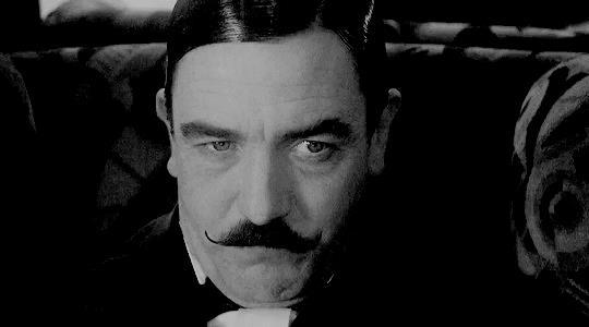 Albert Finney nei panni di Poirot