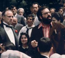 Francis Ford Coppola sul set de Il padrino, impegnato a dare indicazioni a Marlon Brando