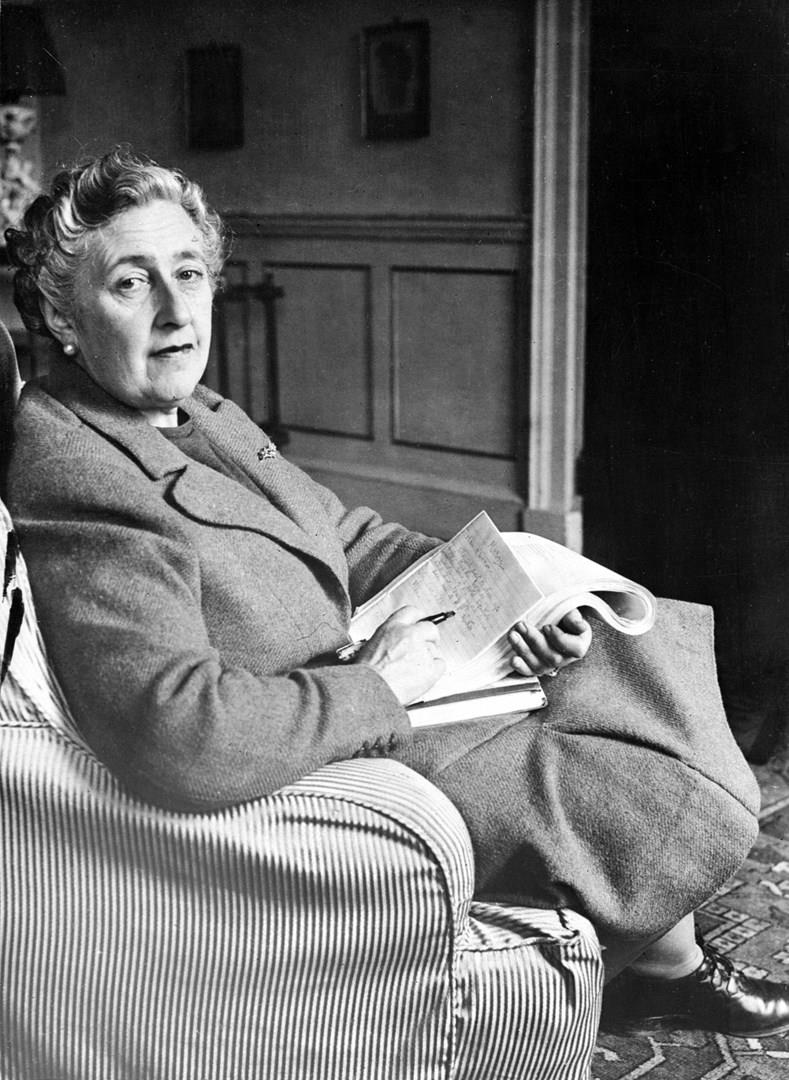 Agatha Christie seduta in poltrona