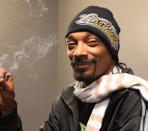 Snoop Dogg si rilassa fumando marijuana