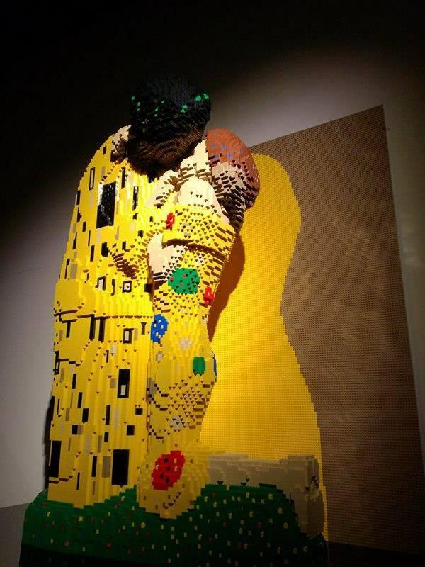 Una scultura in LEGO di Nathan Sawaya che riproduce l'opera Il Bacio di Klimt