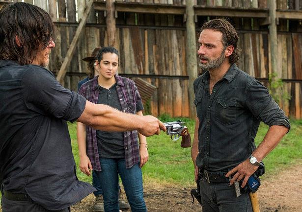 Daryl porge a Rick la sua pistola