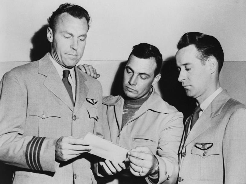 I piloti osservano la foto dell'UFO