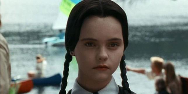 Primo piano di una giovanissima Christina Ricci nei panni di Mercoledì Addams