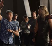 Taika Waititi e Chris Hemsworth sul set di Thor: Ragnarok