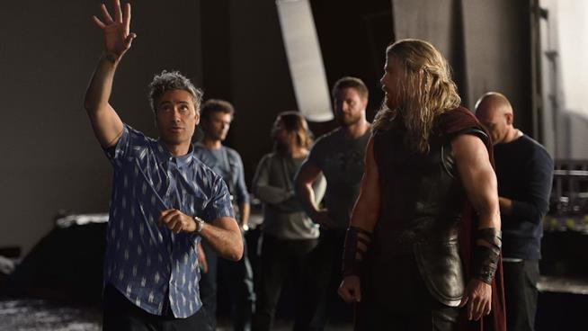 Taika Waititi e Chris Hemsworth sul set di Thor: Ragnarok