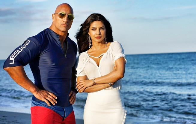 The Rock e Priyanka Chopra in costume sul set di Baywatch