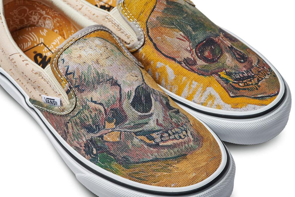 Primo piano delle sneakers a tema Teschio