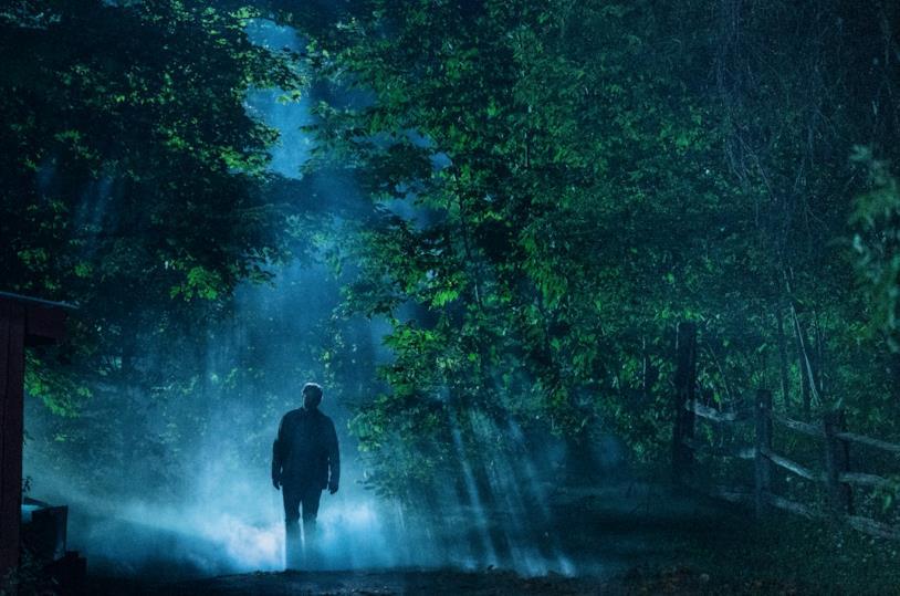 Jason Clarke s'inoltra nel bosco