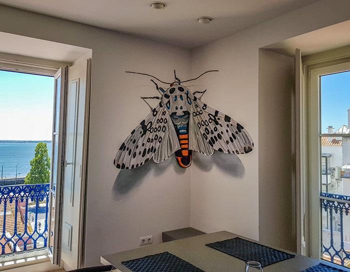 Graffti in 3D: falena gigante sul muro di una casa