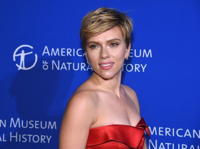 Scarlett Johansson sul red carpet vestita di rosso