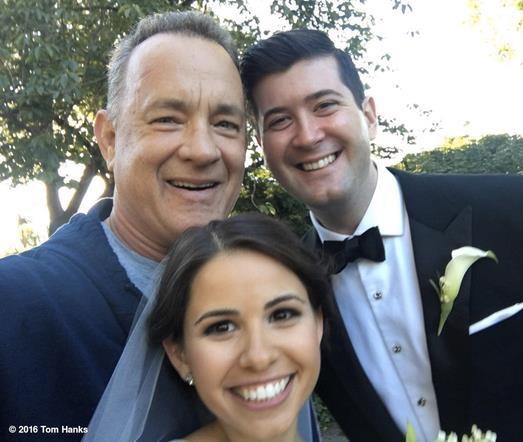 Tom Hanks intruso nelle foto di un matrimonio