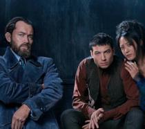 Jude Law, Ezra Miller e Claudia Kim nella prima immagine di Animali Fantastici 2