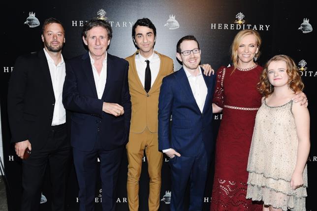 Ari Aster e il cast di Hereditary - Le Radici Del Male posano per i fotografi alla première del film