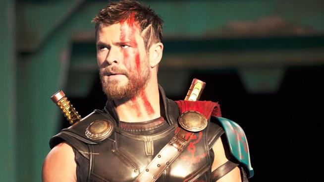 Mezzo primo piano di Chris Hemsworth con il suo nuovo taglio di capelli in Thor: Ragnarok