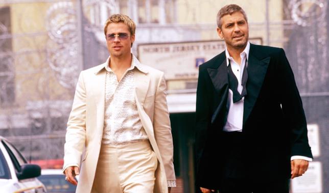 Brad Pitt e George Clooney in una scena del film
