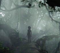 Mowgli nella giungla che si guarda attorno