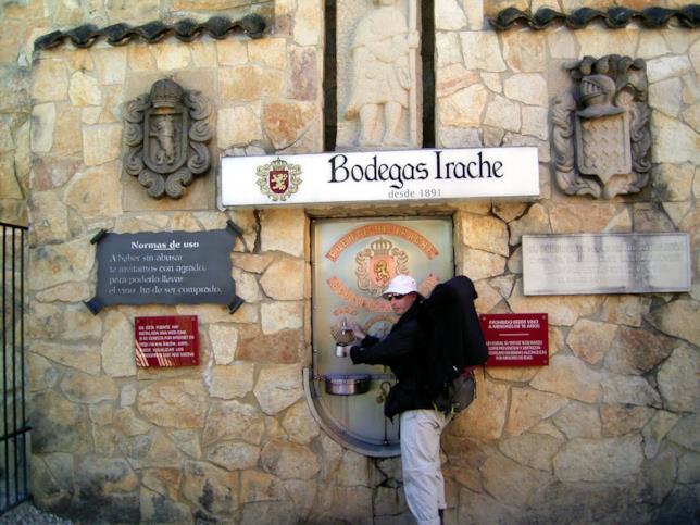 Un pellegrino si rifocilla alla fontana Bogedas Irache sul cammino di Santiago