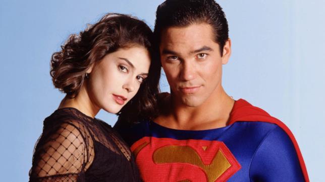 Mezzibusti di Teri Hatcher e Dean Cain, su sfondo blu