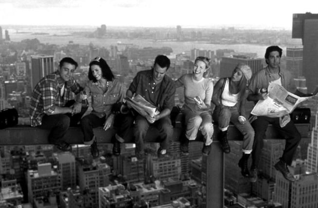 I celebri amici di Friends sospesi su una trave sopra New York