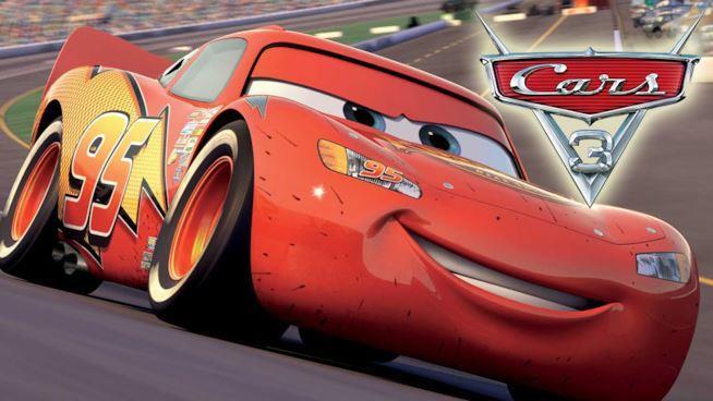 Primo piano di Saetta McQueen nella locandina del terzo capitolo di Cars