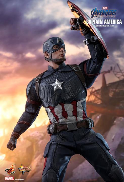 Capitan America usa il suo scudo in versione Hot Toys