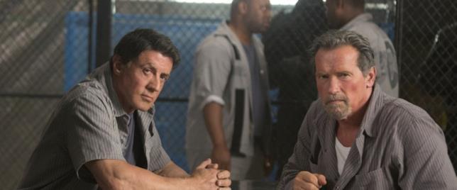Arnold Schwarzenegger e Sylvester Stallone in una scena di Escape Plan