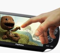 Il Sackboy di LittleBigPlanet posa sullo schermo di PS Vita